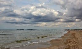 Море заволакивает пляж пристани Стоковое Изображение