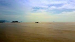 Море заполненное с глинными утесами под наглядным взглядом верхушки неба видеоматериал