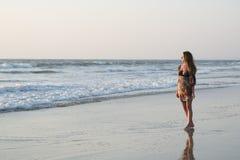 море захода солнца девушки Стоковое Изображение