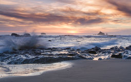Море захода солнца штабелирует и развевает пляж Rialto побережья штата Вашингтона стоковая фотография