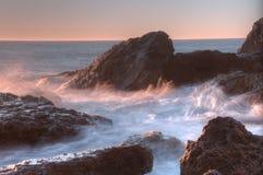 Море и волны красивого ландшафта голубое около утесов Стоковая Фотография RF