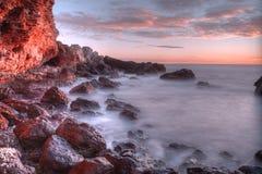 Море и волны красивого ландшафта голубое около утесов Стоковое Изображение RF