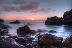 Море и волны красивого ландшафта голубое около утесов Стоковые Изображения RF