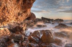 Море и волны красивого ландшафта голубое около утесов Стоковое Изображение
