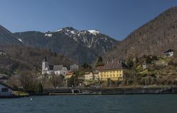 Море и городок Ebensee в больших Альпах стоковое фото