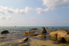 Море и камни бирюзы стоковая фотография