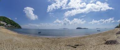 Море и пляж в полдень Яркое небо, облака бело атмосфера моря ‹â€ на пляже Sairee, провинции Chumphon стоковое фото