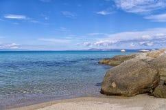 Море и побережье в Sithonia, Греции Стоковые Фото