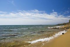 Море и пляж вдоль береговой линии Стоковое Изображение RF