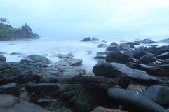 Море и утес стоковые фотографии rf