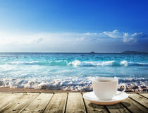 Море и чашка кофе стоковые фотографии rf