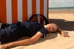 Море кабины пляжа женщины, De Panne, Бельгия стоковые фотографии rf