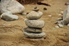 море камушков фокуса предпосылки видит башню камней Стоковые Фото