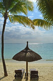 Море каникул Sunbeds рая пляжа тропическое Стоковое фото RF