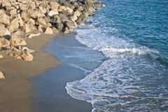 Море которое ломает на утесах Стоковые Фотографии RF