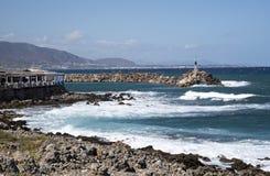 Море Крита колотя берег на Sisi в Крите стоковое изображение rf