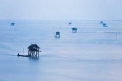 Море крышки тумана и плавая дом Стоковая Фотография RF