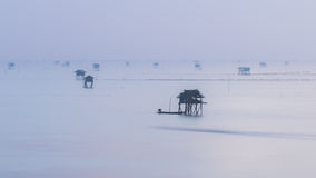 Море крышки тумана фиолетовое и плавая дом Стоковое фото RF