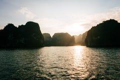 море ландшафта рисуночное залив ha длинний Вьетнам стоковое изображение