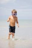 море маски подныривания мальчика предпосылки стоковое изображение
