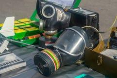 море маски человека газа комплект середин индивидуальной защиты на таблице стоковое изображение rf