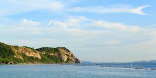 Море на Таиланде с горой стоковое фото