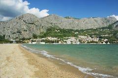 Море, небо, горы, песчаный пляж стоковые изображения