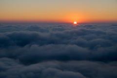Море облаков с восходом солнца Стоковые Фотографии RF