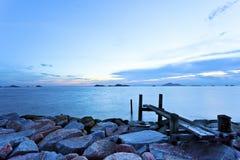 Море облицовывает заход солнца с предпосылкой моста Стоковое фото RF