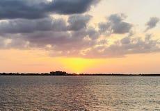 Море океана захода солнца заволакивает праздник каникул воды солнца Стоковые Фотографии RF
