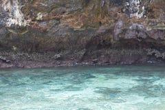 Море около скалистого берега Стоковое Изображение
