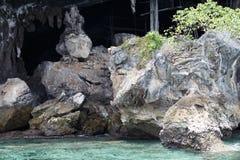 Море около скалистого берега Стоковые Изображения RF