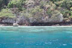 Море около скалистого берега Стоковое Фото