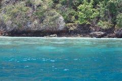 Море около скалистого берега Стоковая Фотография RF