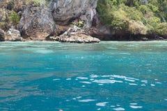 Море около скалистого берега Стоковое Изображение RF