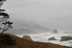 Море Орегона штабелирует с взглядом пляжа карамболя стоковое изображение rf