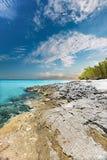 Море открытого моря и желтое земное побережье с взглядом неба Стоковые Фотографии RF