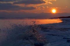 Море Охотска, восхода солнца Стоковые Фотографии RF