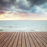 Море, песок и деревянная перспектива пристани Стоковые Фото