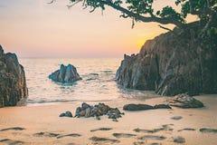 Море, песок и утес на заходе солнца рай природы элемента конструкции состава Стоковое Изображение RF