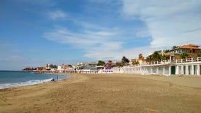Море, песчаный пляж, курортный город Санта Marinella, Италия сток-видео