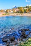 Море пляжа маленького города голубое в Турции стоковые изображения