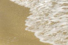 Море пляжа развевает с пеной Стоковое фото RF