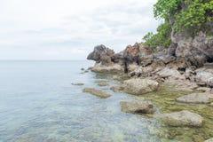 море пляжа утесистое Стоковое Фото