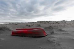 Море, пляж и травы в зиме, красная шлюпка Стоковая Фотография RF
