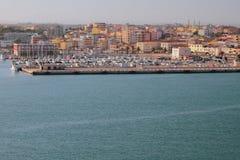 Море, порт яхты и город Порту-Torres, Италия Стоковое Фото
