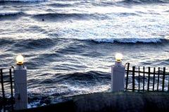 Море потревожено на береге в первых лучах солнца стоковые изображения