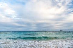 Море развевает на облачном небе в philipsburg, sint maarten Seascape и небо с облаками, белое cloudscape Каникулы пляжа на Вест-И Стоковые Фото