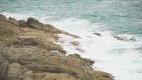 Море развевает на скалистом береге Морской бриз, прибой акции видеоматериалы