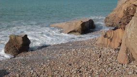 Море развевает на скалистом бечевнике видеоматериал
